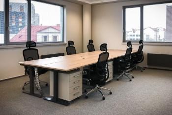 Interiér kanceláří a učeben vysoké školy na míru