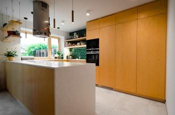 Kuchyňská linka z jasanové dýhy na míru