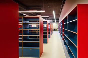Regály na knihy na míru pro městskou knihovnu