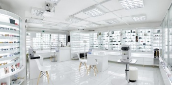 Bílý interiér prodejny na zakázku