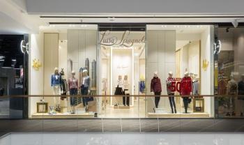 Interiér prodejny s luxusním oblečením na míru