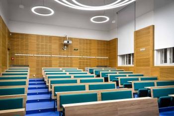 Interiér přednáškové místnosti na míru