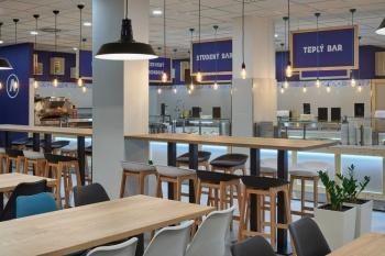 Interiér restaurace na míru ze světlého dřeva