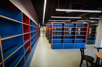 Regály na knihy na míru pro městskou knihovnu v Mělníku