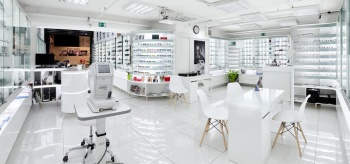 Bílý interiér prodejny na míru